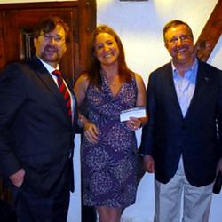 En el transcurso de la cena de compañerismo del Congreso, fueron entregados los premios del Congreso, concedidos al Dr. J. Fernández-Valencia (recogido por el Dr. J. Riba en su nombre) y a la Dra. A. Cruz, por sus respectivos trabajos, presentados como ca